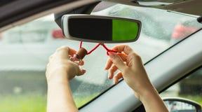妇女` s手打结在镜子,特写镜头的空气清新剂 免版税库存照片