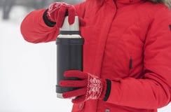 妇女` s手拿着一个热水瓶 免版税库存照片
