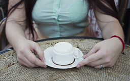 妇女` s手拿着土耳其咖啡盖帽,看秋天,时运 库存图片