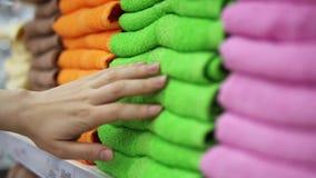 妇女` s手接触多彩多姿的特里毛巾 影视素材