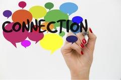 妇女` s手文字在五颜六色的交谈的词连接起泡 黑色通信概念收货人电话 库存图片