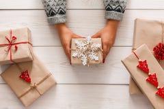 妇女` s手显示当前圣诞节假日与工艺麻线 免版税库存图片