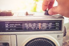 妇女` s手被交换和调整按钮卡式磁带播放机的和记录器为听音乐 库存照片