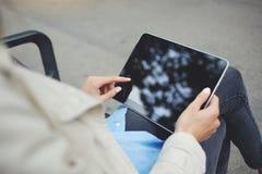 妇女` s手顶视图拿着有拷贝空间屏幕的数字式片剂 图库摄影