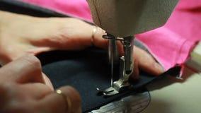妇女` s特写镜头递缝合overlock在缝纫机 股票录像