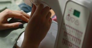 妇女` s特写镜头递缝合overlock自动机器 裁缝Overlock针工艺物质缝爱好裁减 股票视频