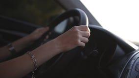 妇女` s瞄准的英尺长度递驾驶汽车,确信的司机 有驾驶现代汽车的镯子的年轻美丽的夫人 影视素材