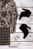 妇女` s秋天冬天有辅助部件的时尚成套装备 免版税库存图片