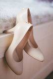 妇女` s穿上鞋子婚礼 米黄妇女` s鞋子 免版税库存照片