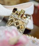 妇女` s穿上鞋子木桌 精神 免版税图库摄影