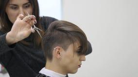 妇女` s美发师在短发做称呼她的头发 影视素材