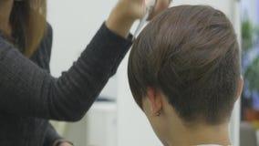 妇女` s美发师在短发做称呼她的头发 股票录像
