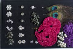 妇女` s耳环和圆环在一个特别箱子存贮的 首饰的一汇集不同的场合的 免版税库存照片