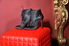 妇女` s脚腕解雇手工制造 仿制品牌鞋子 免版税库存图片