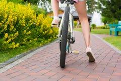 妇女` s腿起动骑自行车 免版税库存照片