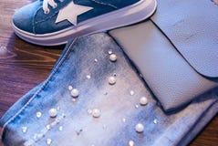 妇女` s衣物和辅助部件 牛仔裤、钱包和鞋子 库存图片