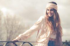 妇女` s衣物 美丽的微笑的妇女年轻人 库存图片