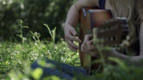 妇女` s递吉他弹奏者特写镜头 股票视频