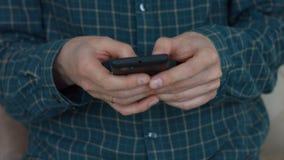 妇女` s递在巧妙的电话的键入的正文消息 股票视频
