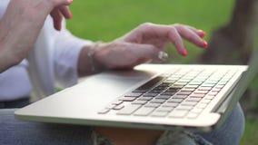 妇女` s递在膝上型计算机键盘的键入的文本 股票视频