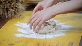 妇女` s递烹调面团用在木桌上的面粉 股票视频
