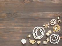 妇女` s首饰 葡萄酒首饰背景 美丽的珍珠别针、braceletes、项链和耳环在木背景 fla 库存图片