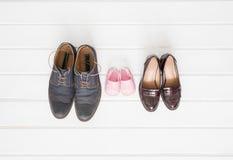 妇女` s,人` s和儿童鞋子 免版税库存图片
