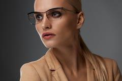 妇女` s玻璃样式 时尚光学结构的美丽的妇女 免版税库存照片