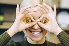 妇女bitcoin膝上型计算机 库存照片