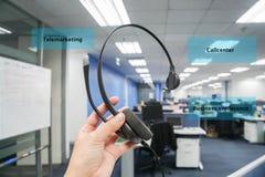 妇女callcenter、电话推销和业务会议的举行耳机在办公室 免版税库存照片