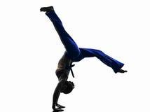 妇女capoeira舞蹈家跳舞剪影 免版税库存照片