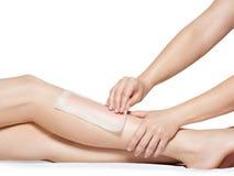 妇女depilating的腿通过打蜡 免版税图库摄影