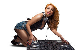 妇女DJ在夜总会混合轨道 免版税库存照片