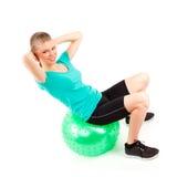 妇女fitball锻炼 库存图片