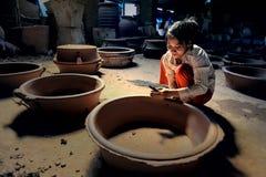 妇女handmaking的瓦器 库存照片