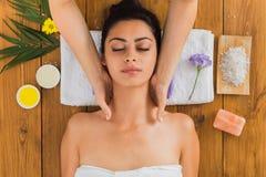 妇女massagist在温泉健康中心做身体按摩 免版税图库摄影
