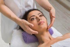 妇女massagist在温泉健康中心做整形按摩 免版税库存图片