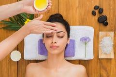 妇女massagist在温泉健康中心做整形按摩 图库摄影