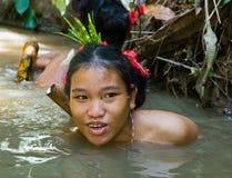 妇女Mentawai部落渔 免版税库存图片