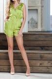 妇女n短的绿色总体 免版税库存图片