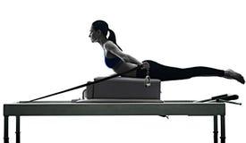 妇女pilates改革者行使健身被隔绝 库存图片