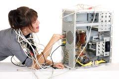 妇女pluging的电缆 库存图片