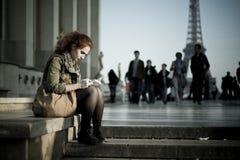 妇女readng在埃佛尔铁塔附近的trocadero地方 图库摄影
