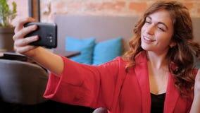 妇女selfie咖啡馆虚荣无忧无虑自已的倾慕 股票录像