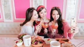 妇女selfie在餐馆 免版税图库摄影