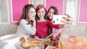 妇女selfie在餐馆 免版税库存照片