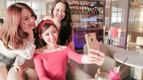 妇女selfie在餐馆 库存图片