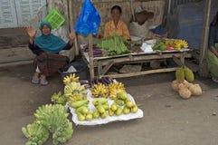 妇女sellinf果子弗洛勒斯 库存照片