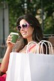 妇女shooping的咖啡休息 免版税库存照片