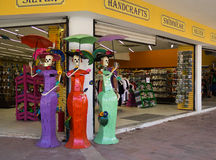 妇女skeletones邀请游人到商店,墨西哥 免版税库存图片